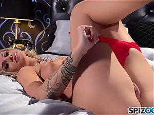 torrid stunner Jessa Rhodes uses her faux-cock