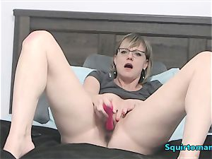 Mature gal with Glasses and short Hair drizzling