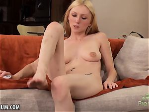Amy Quinn loves to masturbate her snatch with a plaything